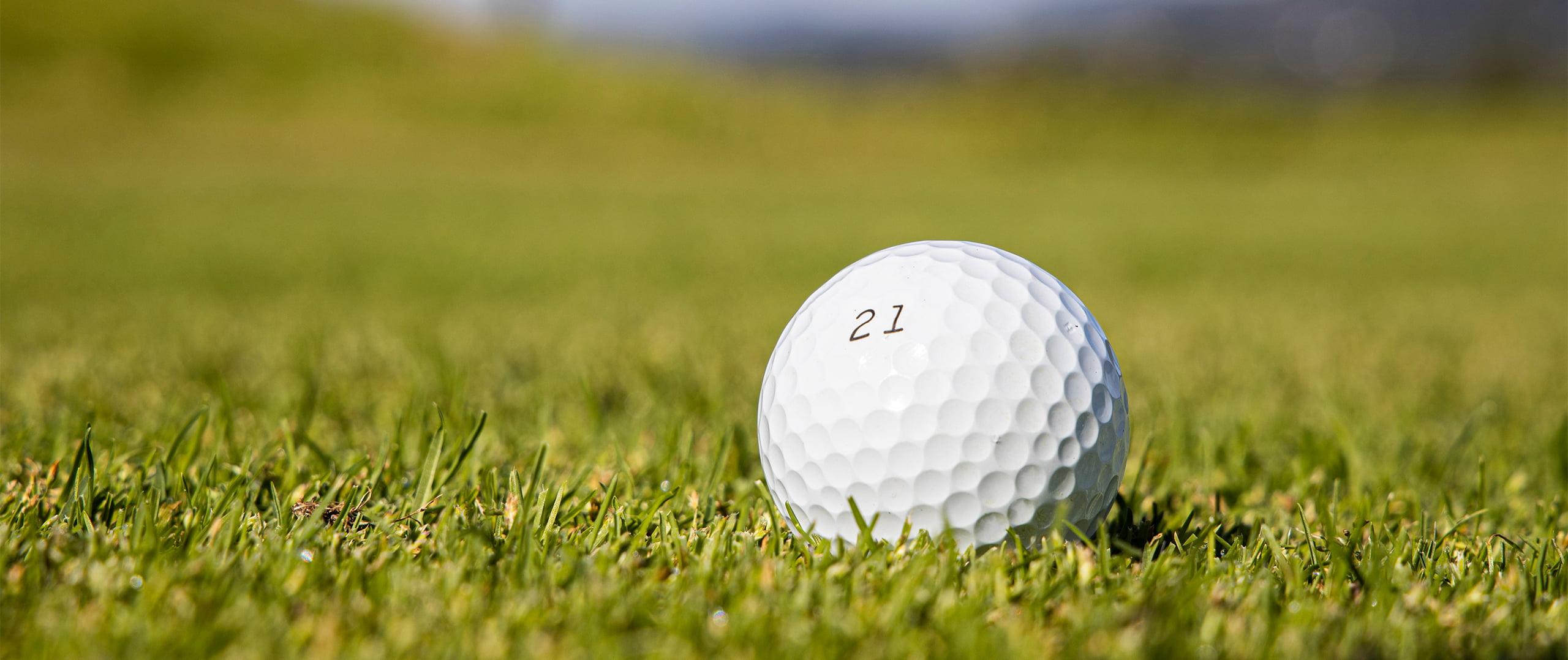 Golfboll på banan med nummer 21